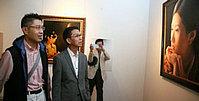 何家英观看程亚杰意象油画展