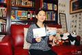 美华裔女画家张彤卫设计鸡年名信片及邮票