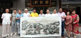 天津画家吴景玉在鹤艺轩创作大幅画作《青山绿水》图