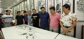 天津画家郭福深、单连辰在鹤艺轩创作大幅画作《青山妩媚》、《鹤翔降福》