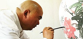 吾偶有闲暇信手一挥:著名书画家尹沧海在北方陶艺中心创作青花瓷