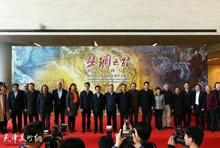 """视频:""""丝绸之路""""从写实到写意杨晓阳美术作品暨创作文献展在天津美术馆开幕"""