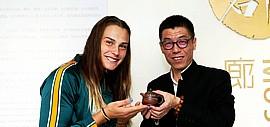 艺术家周明受邀为WTA天津公开赛制作钦州坭兴陶赠送外籍球员