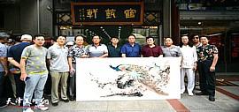 著名画家张玉明应邀来到鹤艺轩创作大幅花鸟画作《翠羽寒香》