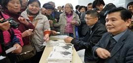 高清图:汪国真、程亚杰合作的《诗情画意》一书在津签赠