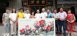 天津女画家冯字锦在鹤艺轩创作大幅画作《花开富贵》图