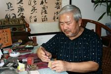 天津张学仲以刀代笔篆刻印章纪念抗战胜利70周年