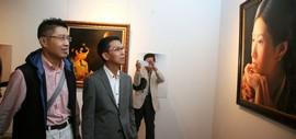 高清图:何家英专程来津观看程亚杰意象油画展