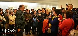 何延喆教授在天津美术馆展厅现场为观众解读国画大师陈少梅画艺