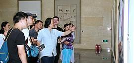 贾广健教授带领学生在全国青年工笔画作品展现场开展现场教学