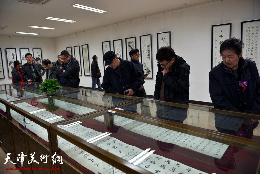 """碑学巨匠孙伯翔在天津荣宝斋展示""""正大气象""""。"""
