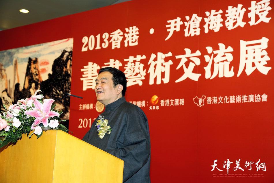 2013香港·尹沧海教授书画艺术交流展在香港中央图书馆举办。图为中国艺术研究院博士生导师、著名文化学者陈绶祥先生在开幕式上致词。