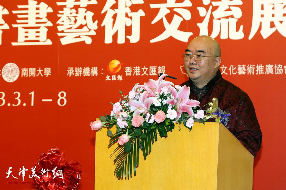 2013香港·尹沧海教授书画艺术交流展在香港中央图书馆举办。图为尹沧海教授在开幕式上致答谢词。