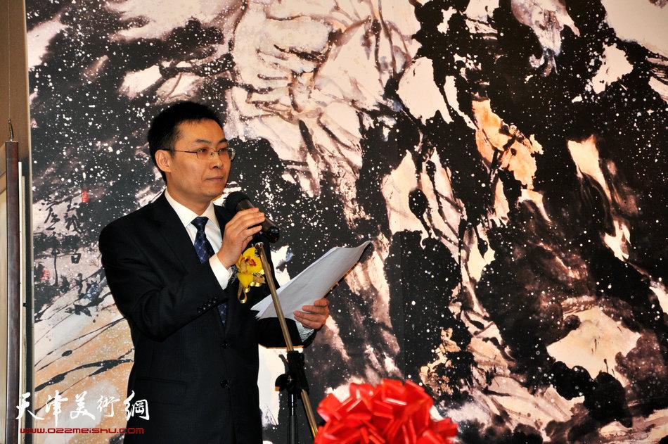 2013香港·尹沧海教授书画艺术交流展在香港中央图书馆举办。图为南开大学党委常委、办公室主任张亚先生主持开幕式。