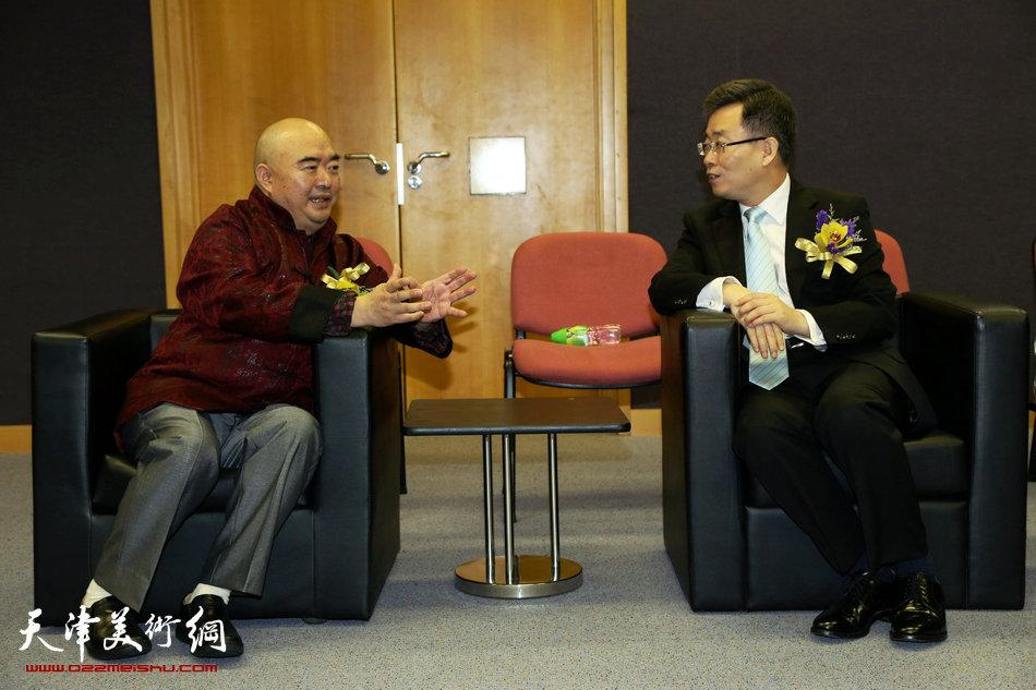 2013香港·尹沧海教授书画艺术交流展在香港中央图书馆举办。图为尹沧海教授与中华人民共和国外交部驻香港特派员公署特派员宋哲先生。