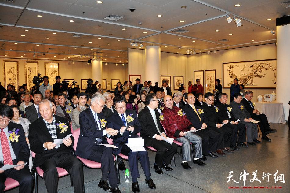2013香港·尹沧海教授书画艺术交流展在香港中央图书馆举办。图为开幕式现场。