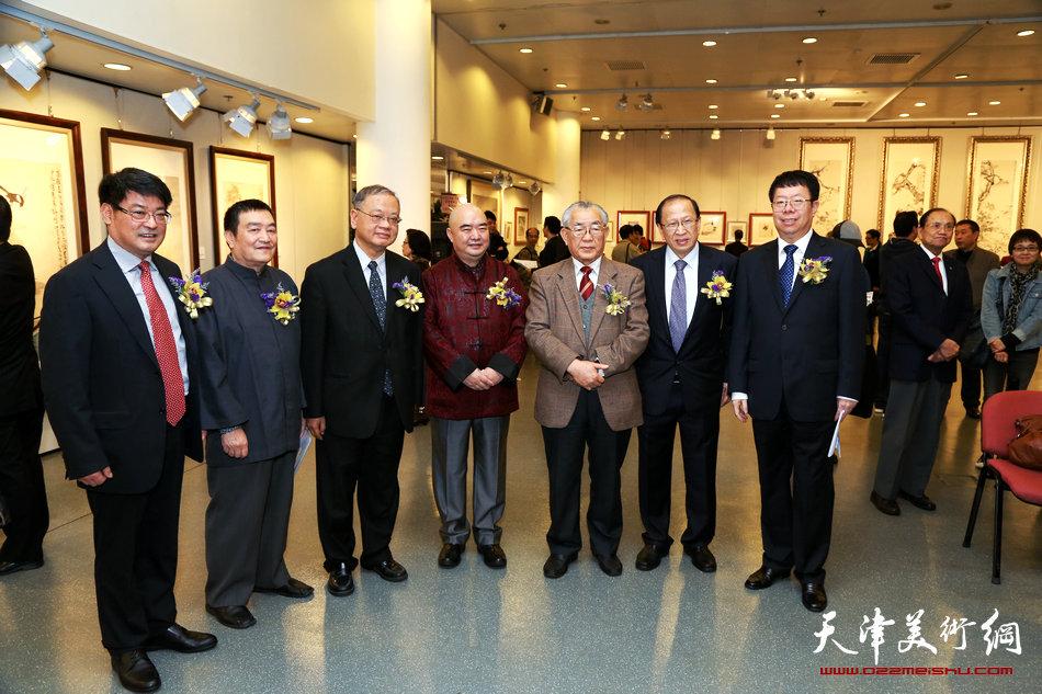 2013香港·尹沧海教授书画艺术交流展在香港中央图书馆举办。图为尹沧海教授与部分主礼嘉宾在画展现场。
