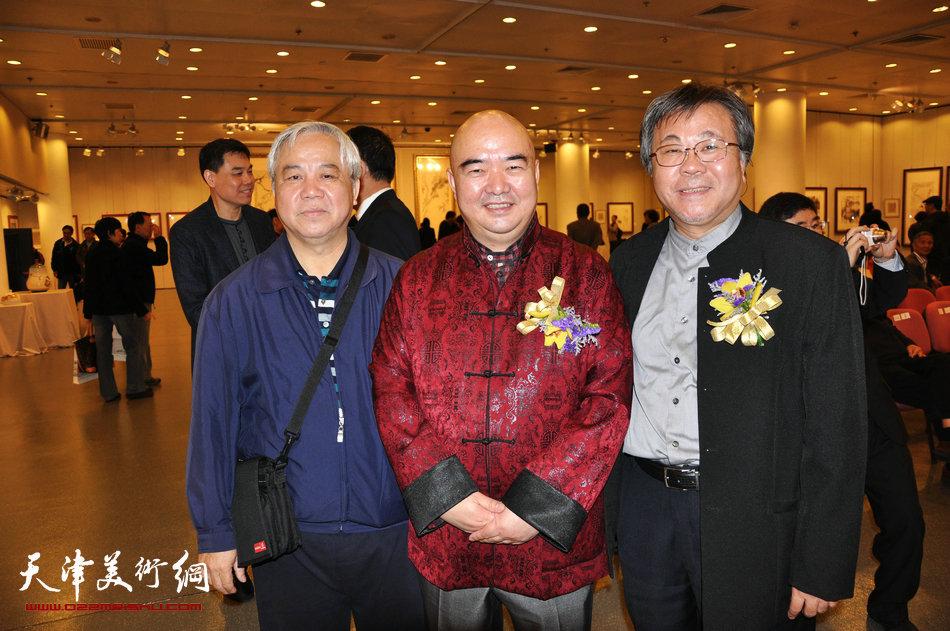 2013香港·尹沧海教授书画艺术交流展在香港中央图书馆举办。图为尹沧海教授与台湾师范大学艺术学院院长李振明先生及好友在一起。