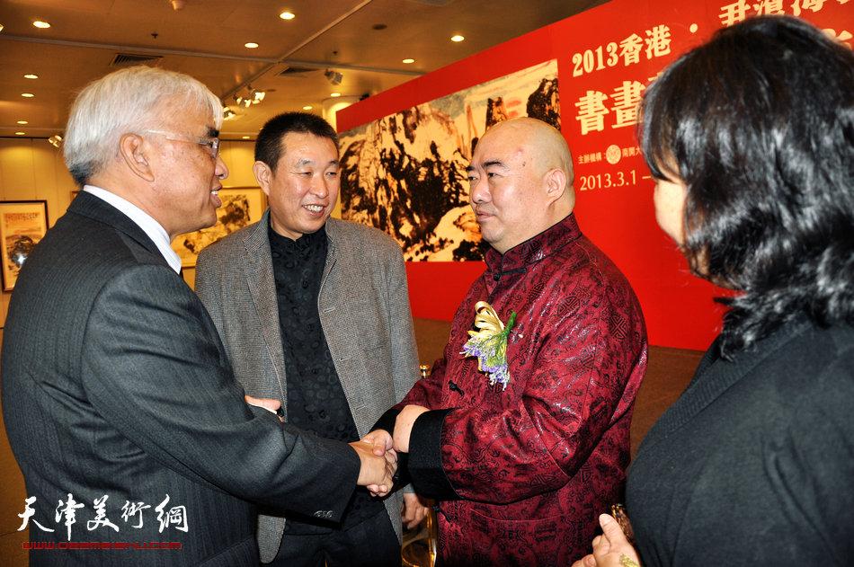 2013香港·尹沧海教授书画艺术交流展在香港中央图书馆举办。 图为尹沧海教授与张舜尧先生、赵铁标先生在开幕式上。