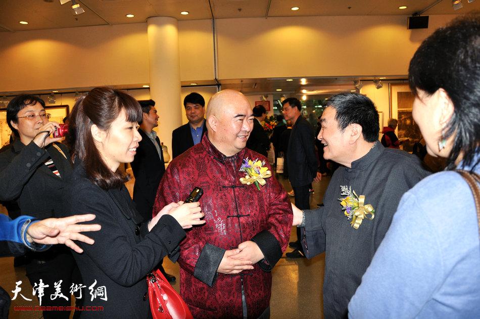 2013香港·尹沧海教授书画艺术交流展在香港中央图书馆举办。图为尹沧海教授与陈绶祥先生在展览现场接受媒体采访。