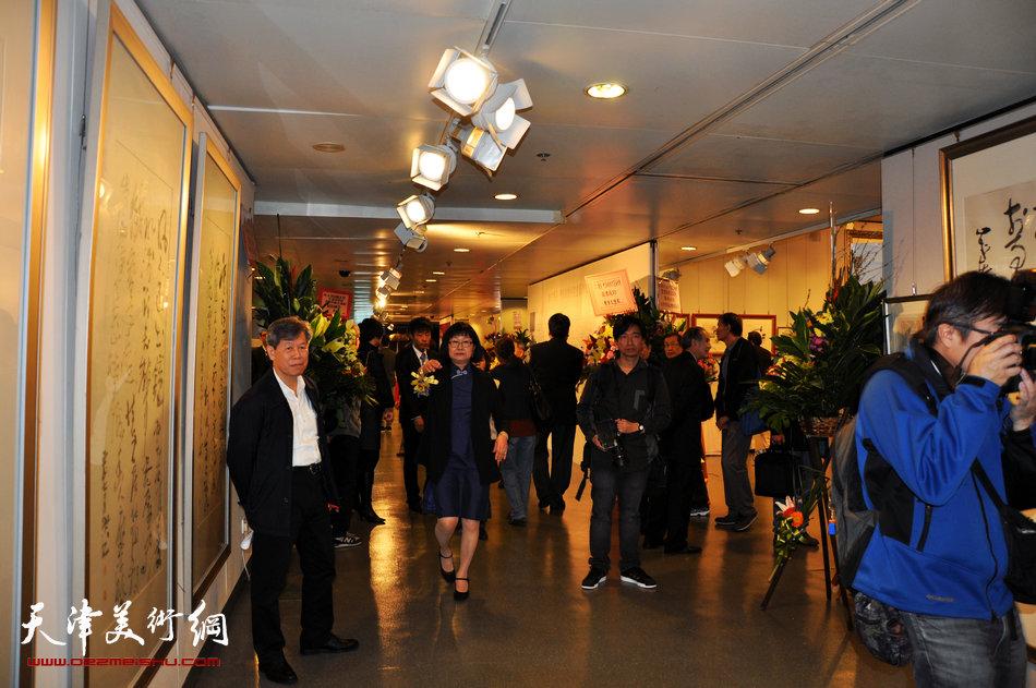 2013香港·尹沧海教授书画艺术交流展在香港中央图书馆举办。图为展览现场。