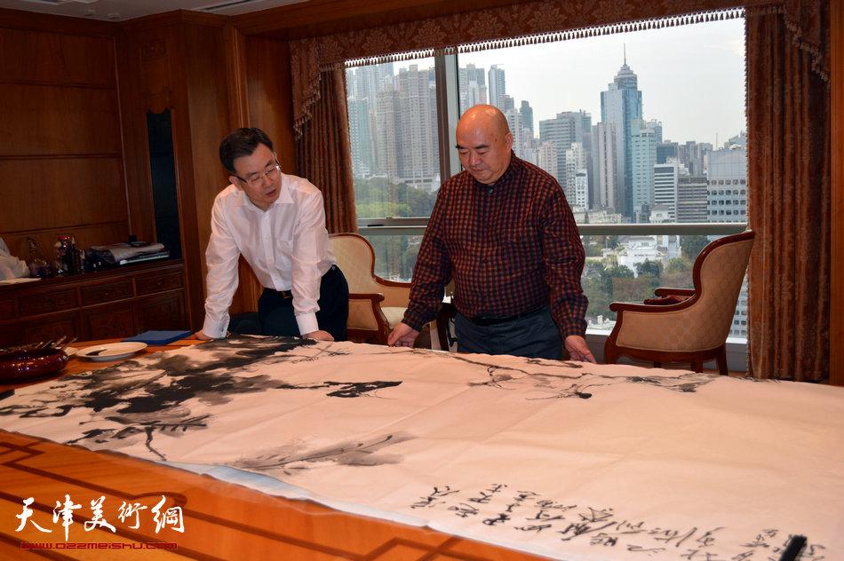 2013香港·尹沧海教授书画艺术交流展在香港中央图书馆举办。图为尹沧海教授在外交部驻香港特派员公署作画。