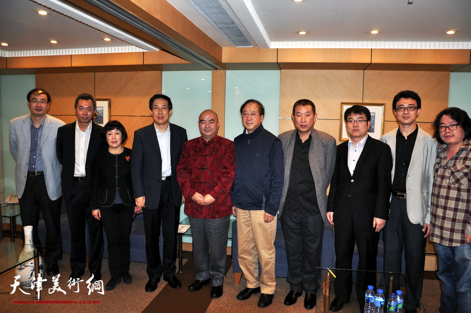 2013香港·尹沧海教授书画艺术交流展在香港中央图书馆举办。图为尹沧海教授与中央人民政府驻香港特别行政区联络办公室副主任杨建平先生等人在一起。