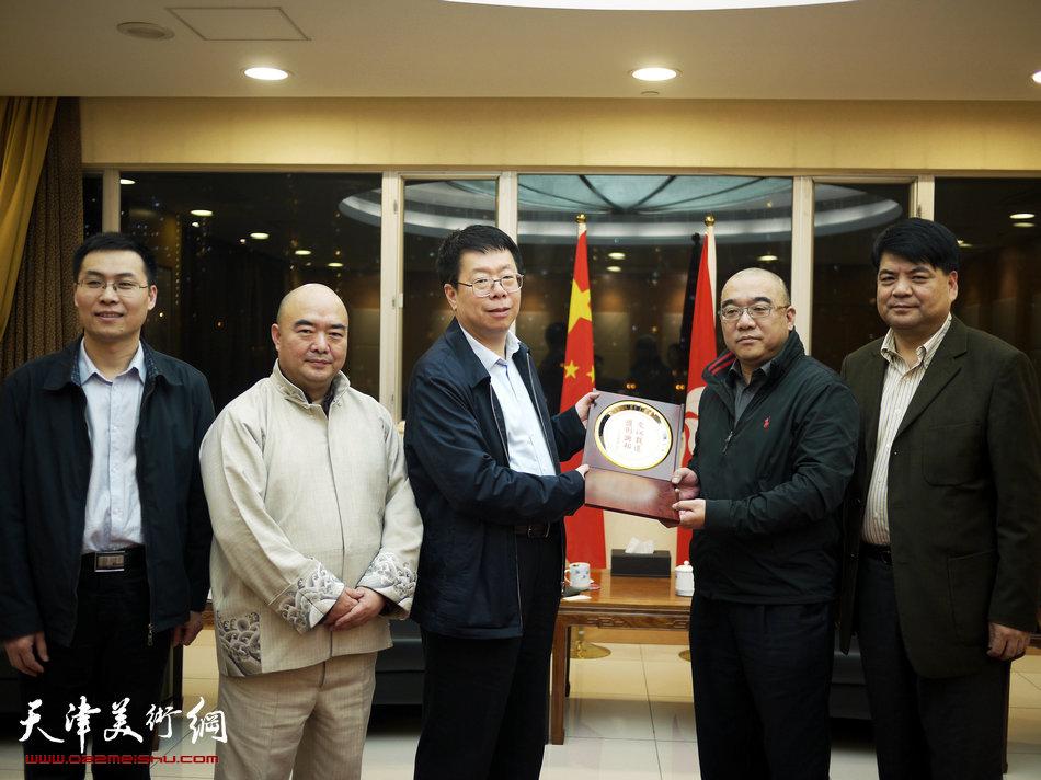 2013香港·尹沧海教授书画艺术交流展在香港中央图书馆举办。图为尹沧海教授与南开大学副校长朱光磊先生、党委常委、办公室主任张亚先生拜访香港《文汇报》。