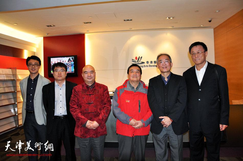 2013香港·尹沧海教授书画艺术交流展在香港中央图书馆举办。图为尹沧海教授与陈绶祥先生等人拜访香港艺术发展局。