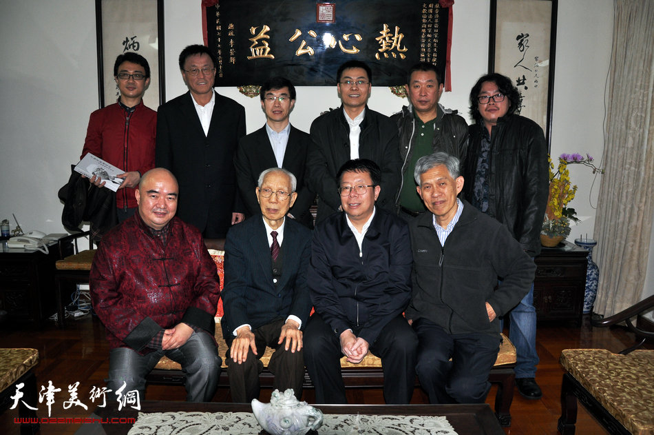 2013香港·尹沧海教授书画艺术交流展在香港中央图书馆举办。图为尹沧海教授与朱光磊副校长一同拜访慈善家田家炳先生。