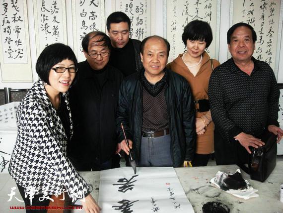 参加笔会的书画家、书画爱好者与书法名家屈自森合影