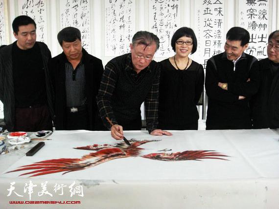 要华民创作《大红鹰》