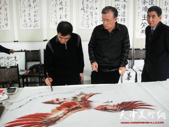 风水画家冯明为《大红鹰》补迎客松