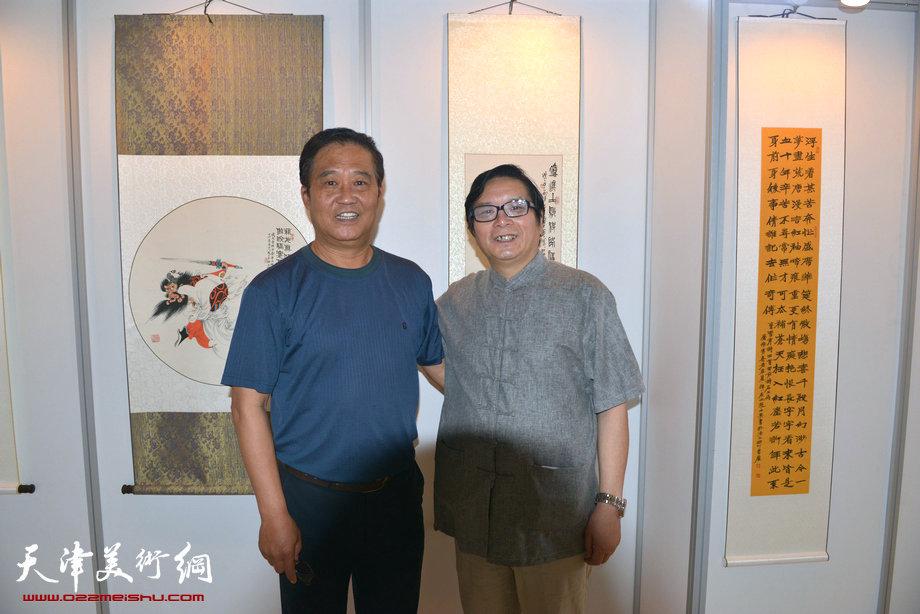 图为赵士英与著名书法家张鹤年在画展现场.
