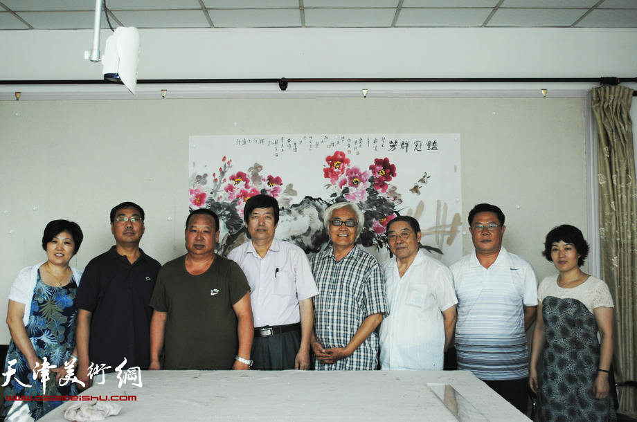 天津师大国画艺研所、瑞江书画院慰问子弟兵,图为书画家和...