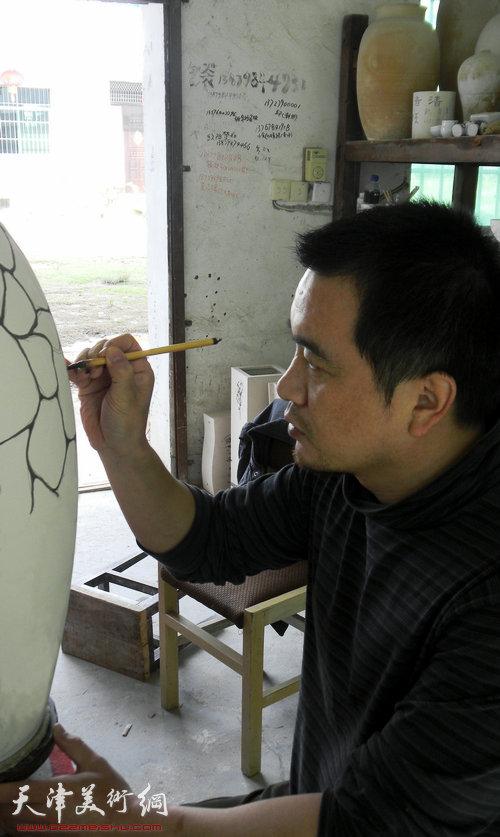 刘立刚在工作室创作