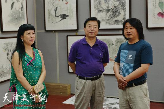 画家孙富泉(右)与杨建国(中)、黄雅丽(左)在孙富泉个展上。
