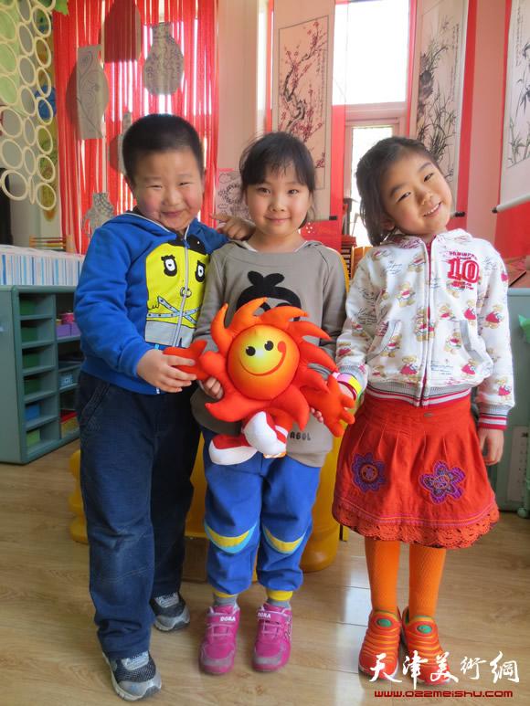 孩子们与第六届东亚运动会吉祥物
