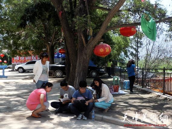 津门画家魏树东、田伟第十二个酷暑走进西部义教