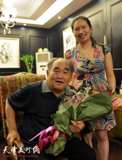 书法大师孙伯翔在津收中国美院讲师蒋曼萝为徒。图为孙伯翔、蒋曼萝
