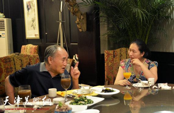 书法大师孙伯翔在津收中国美院讲师蒋曼萝为徒。图为孙伯翔勉励新弟子蒋曼萝