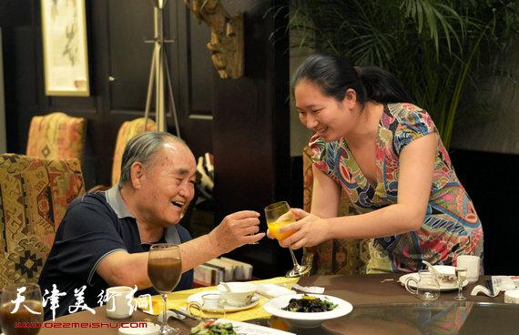 书法大师孙伯翔在津收中国美院讲师蒋曼萝为徒。图为蒋曼萝为师傅孙伯翔敬酒。