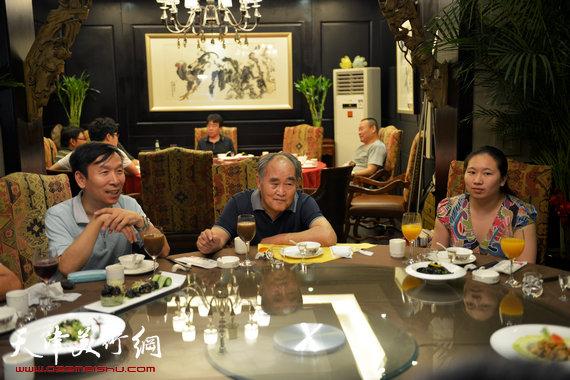书法大师孙伯翔在津收中国美院讲师蒋曼萝为徒。图为孙伯翔、蒋曼萝、张建会在拜师宴上。