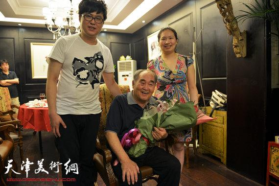 书法大师孙伯翔在津收中国美院讲师蒋曼萝为徒。图为孙伯翔、蒋曼萝、葛寒冰。