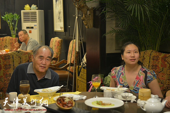书法大师孙伯翔在津收中国美院讲师蒋曼萝为徒。图为孙伯翔、蒋曼萝。