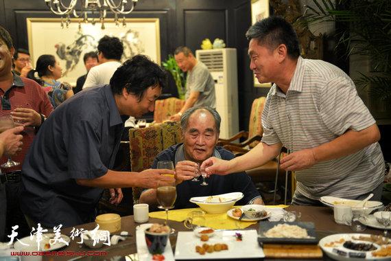 书法大师孙伯翔在津收中国美院讲师蒋曼萝为徒。图为窦宝铁、韩石祝福孙伯翔。
