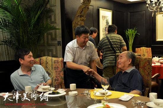 书法大师孙伯翔在津收中国美院讲师蒋曼萝为徒。图为企业家张养峰祝福孙伯翔。