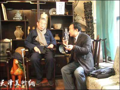 河南台记者在采访王学仲