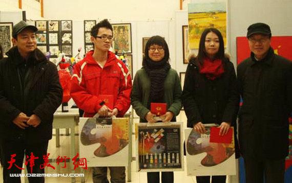 庞黎明天津商业大学宝德学院艺术设计专业师生在一起。