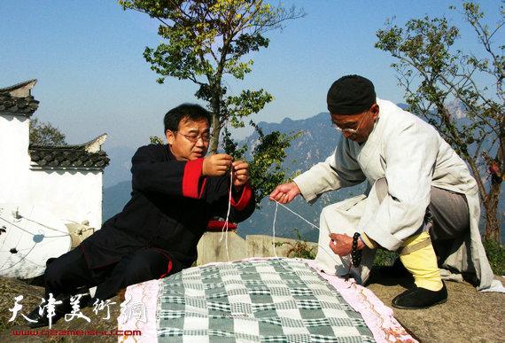 封俊虎先生在九华山与百岁宫传智法师。